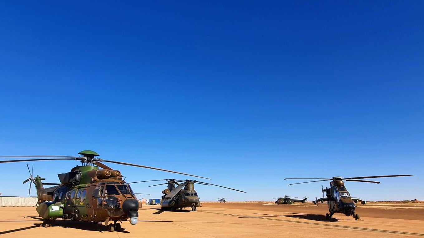 Helicopters-in-desert